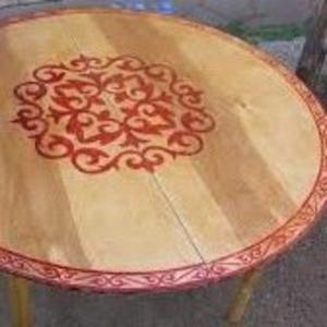 Продажа национальных изделий из дерева и ткани